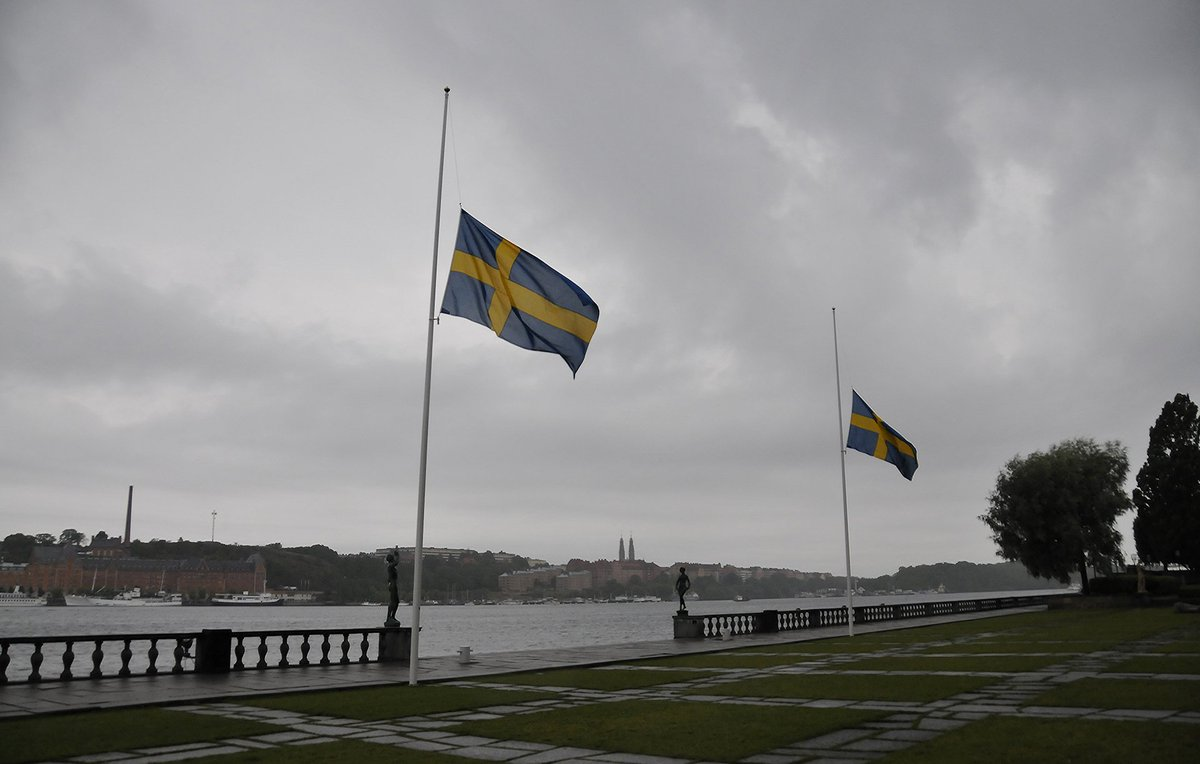 Stockholm shows its support for #Barcelona. Today the Swedish flag is on half mast to honour the victims. https://t.co/qWUODTeNKP https://t.co/c9rAgzsi65