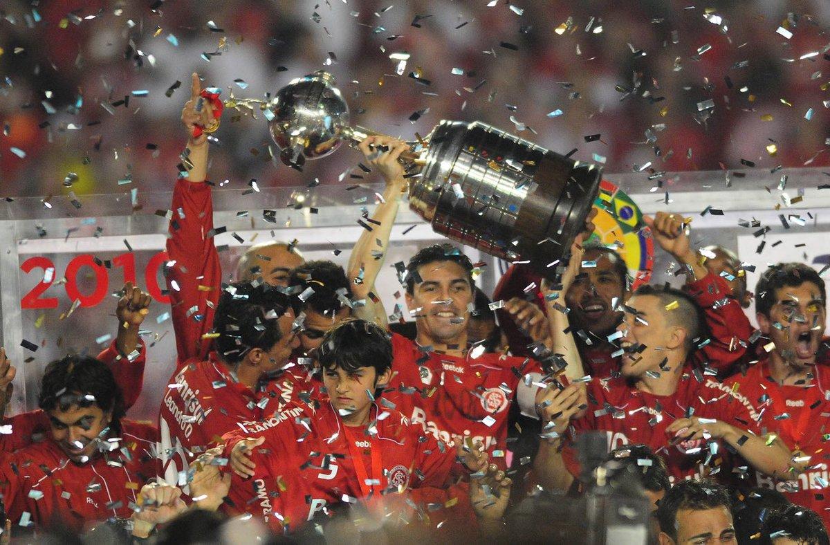 Há 7 anos, pintamos a América de vermelho pela 2ª vez! Inter venceu Chivas por 3x2 e levantou a cobiçada Copa Libertadores. #AméricaVermelha