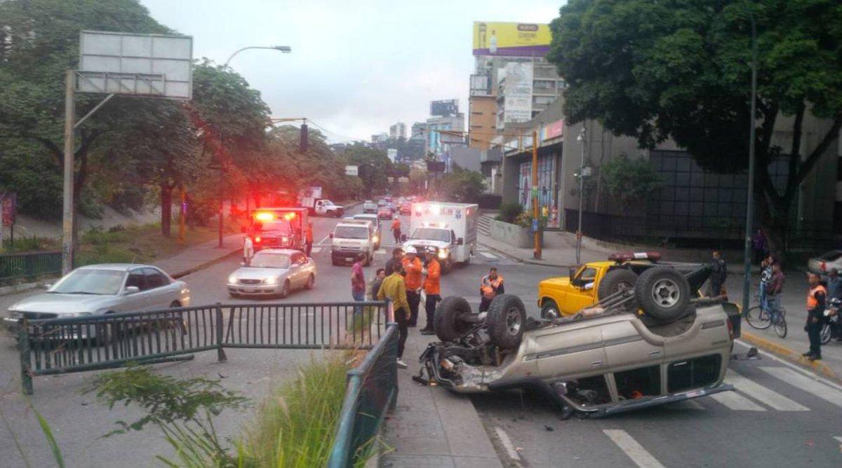 Un lesionado tras vuelco de vehículo en...
