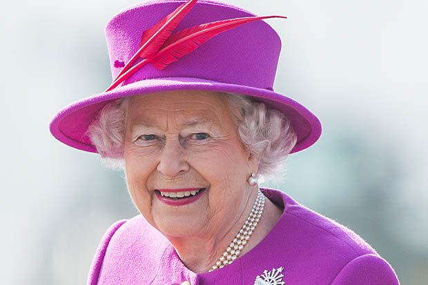 The Queen's first selfie? Shock picture STUNS fans https://t.co/reBNWLSsKk