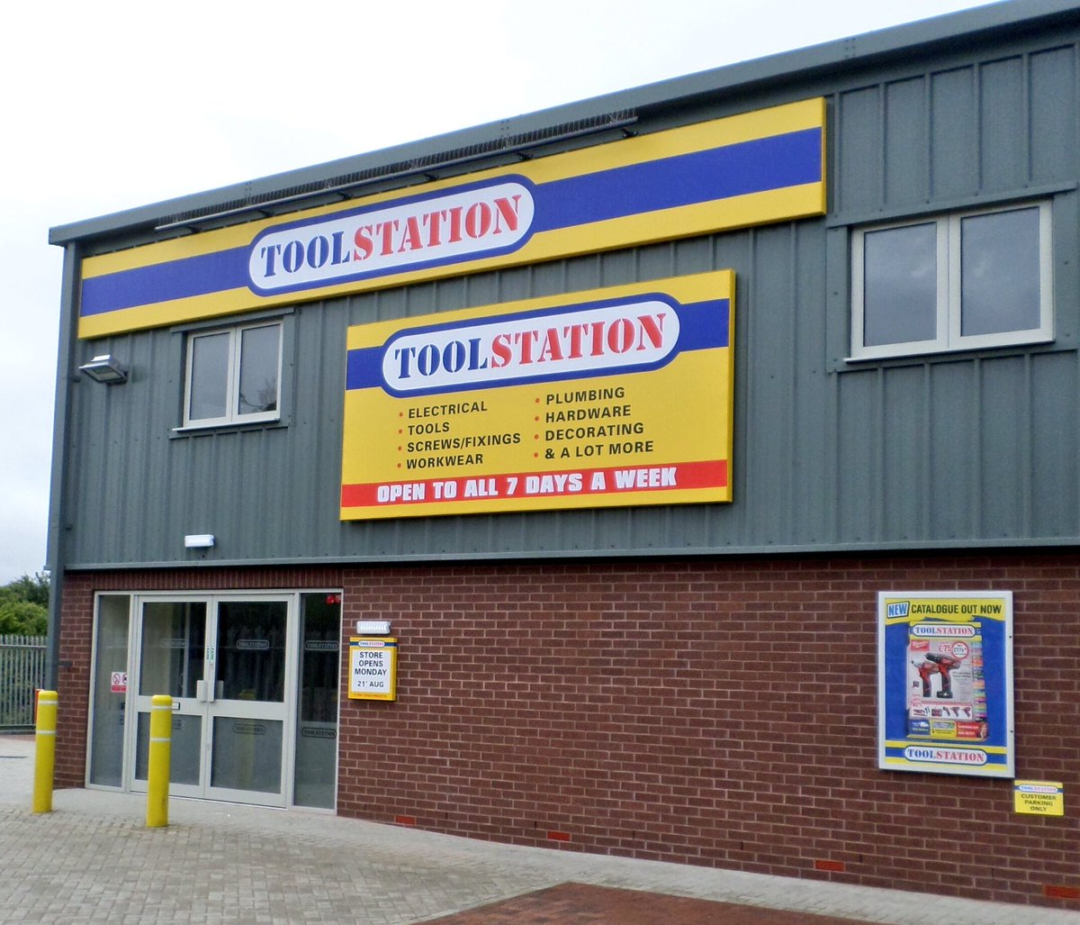 #Rochester now have their own @ToolstationUK branch OPENS Monday! Great work this week by all involved, including our guys on the #signage.<br>http://pic.twitter.com/vk2bhIRtF6