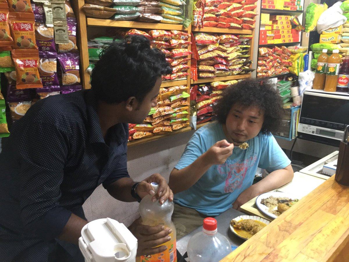 錦糸町のベンガル料理屋に入ったら「いま客席がいっぱいだから、君は厨房の中で食べるように」と指示された。 https://t.co/UcT9ZJE5kJ