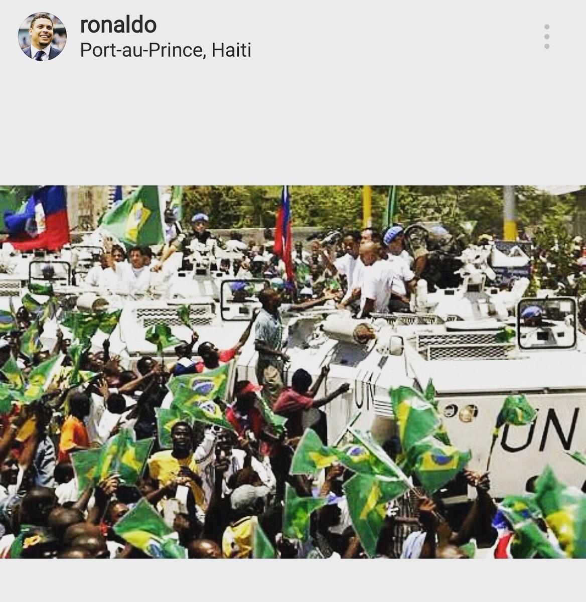 Não dá p ver, eu sei, m estou neste carro da ONU, ao lado de Ronaldo e Ronaldinho, c uma camera, registrando um dia histórico no Haiti.