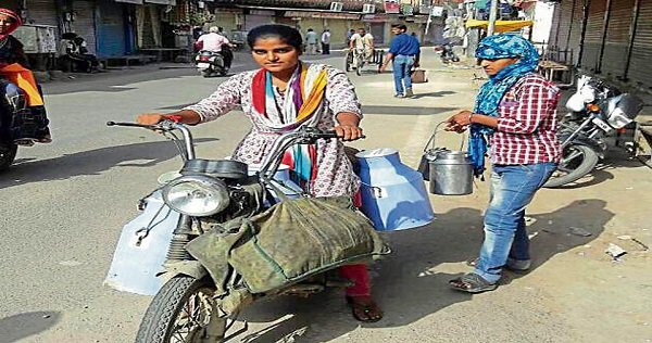 #RajasthaniGirl sell milk to fund her studies. Read Here: http://in.dhruvah.com/content/post.php?pid=135… #RajasthaniGirlSellMilk #NeetuSharma #Rajasthanpic.twitter.com/QdEO0m6hNE