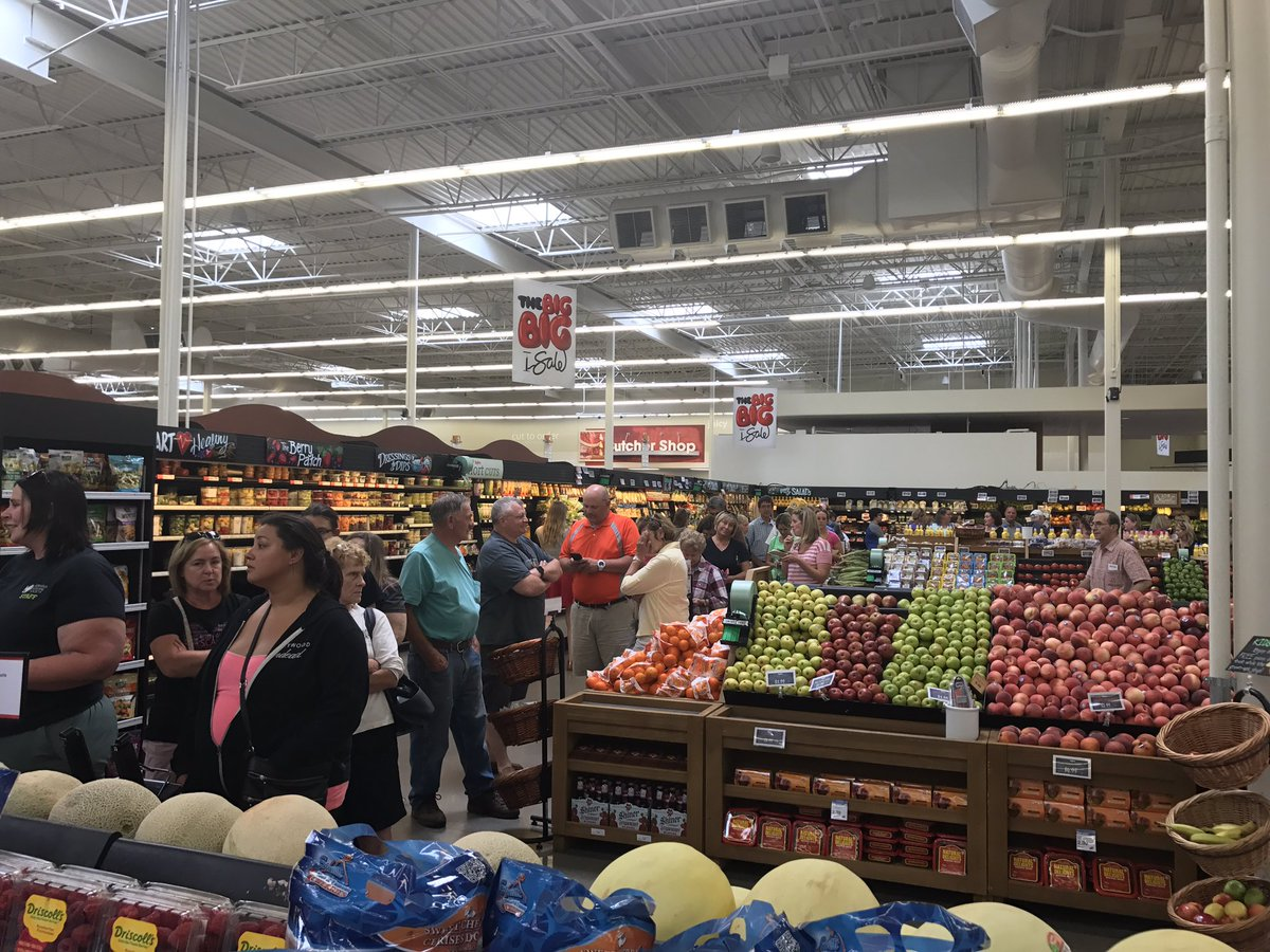 mike oconnor on twitter line for eclipse glasses at hy vee 96q sts manager say customer traffic like christmas eve - Hyvee Christmas Eve Hours