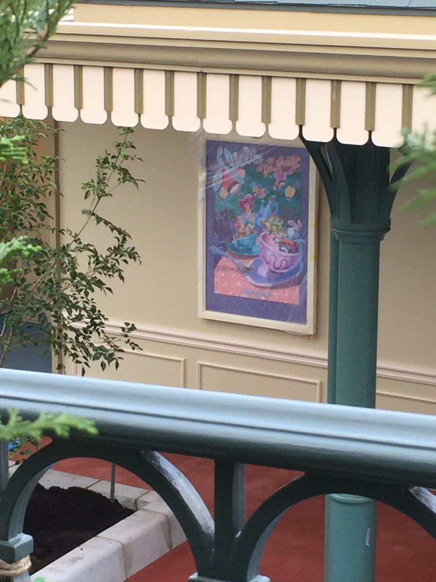 ハロウィーンの仮装着替えスペースの施設にアトラクションのポスターが飾られていました! #TDR_now
