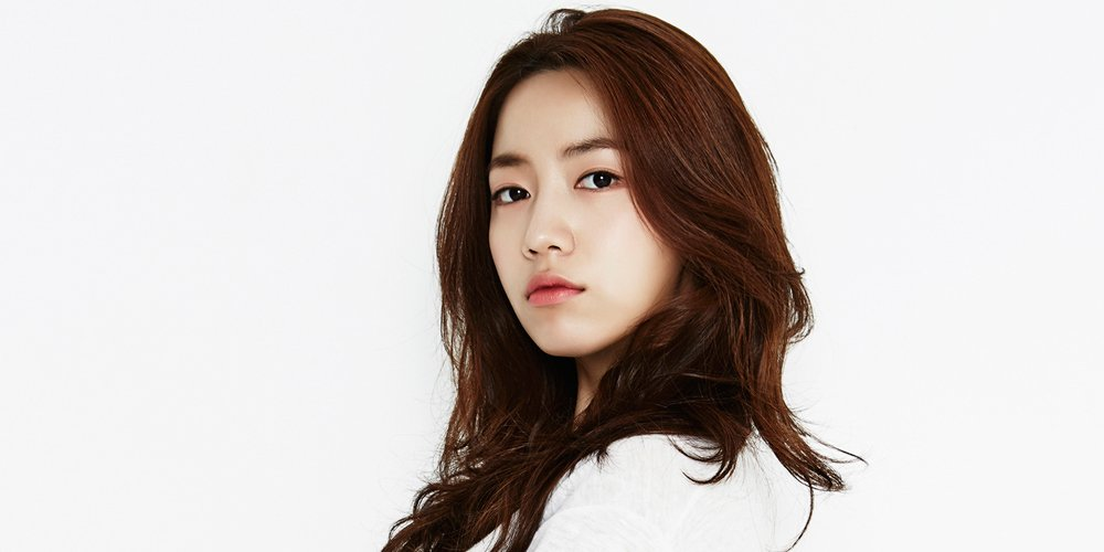 Hwayoung treats the cast of 'The Weird Father' to a coffee cart https:...