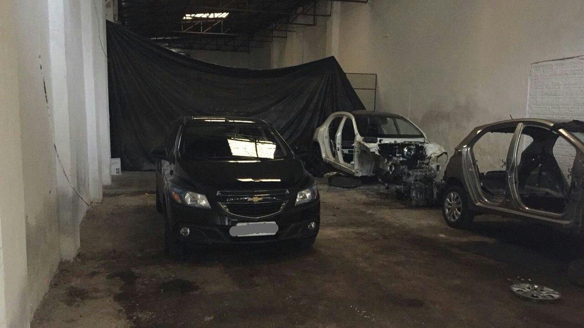 Polícia prende trio e acha carros roubados em desmanche em Porto Alegre https://t.co/bGIcYHv3Wa