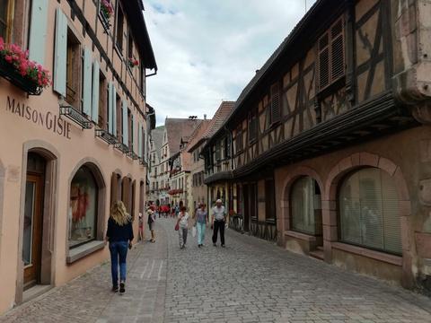 """#Rediff Alsace: A Kaysersberg, «certains viennent juste pour la plaque du """"village préféré des Français""""» https://t.co/cl1RLkgCZA"""