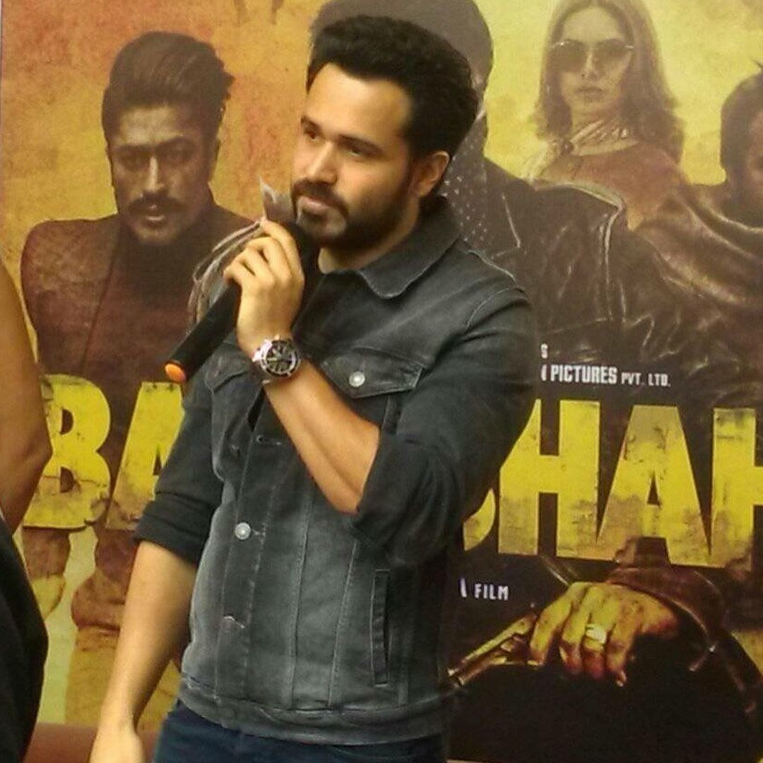 Again a killer style  @emraanhashmi Mr. Handsome can you tell me about your beautiful #Earring ?!  #Handsome  <br>http://pic.twitter.com/bfWey8LEY8