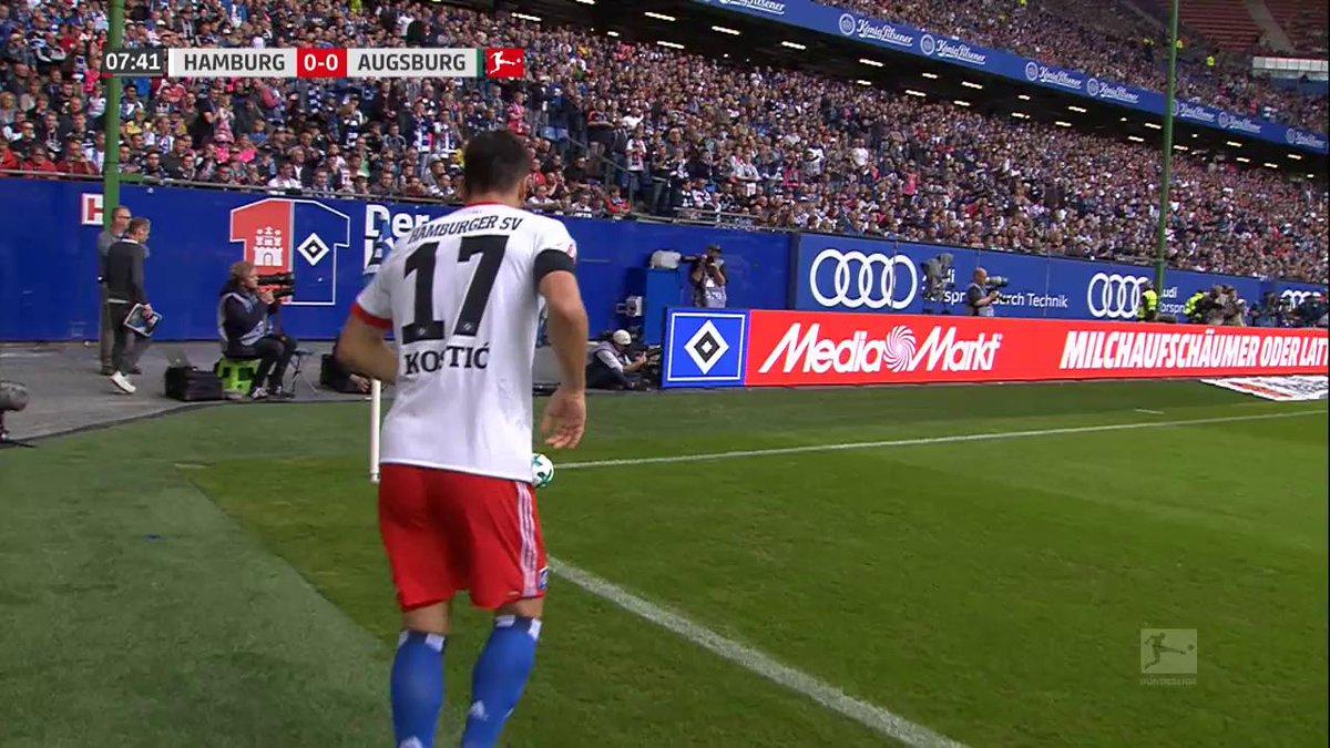 Nicolai Müller juicht net even te hard na zijn doelpunt...en raakt ern...