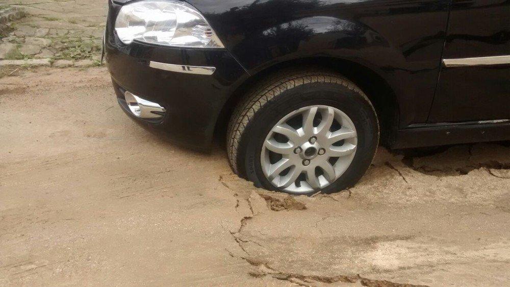 Obra de rede de esgoto interrompida provoca afundamento em rua de Porto Alegre https://t.co/bEcBKsYuWD