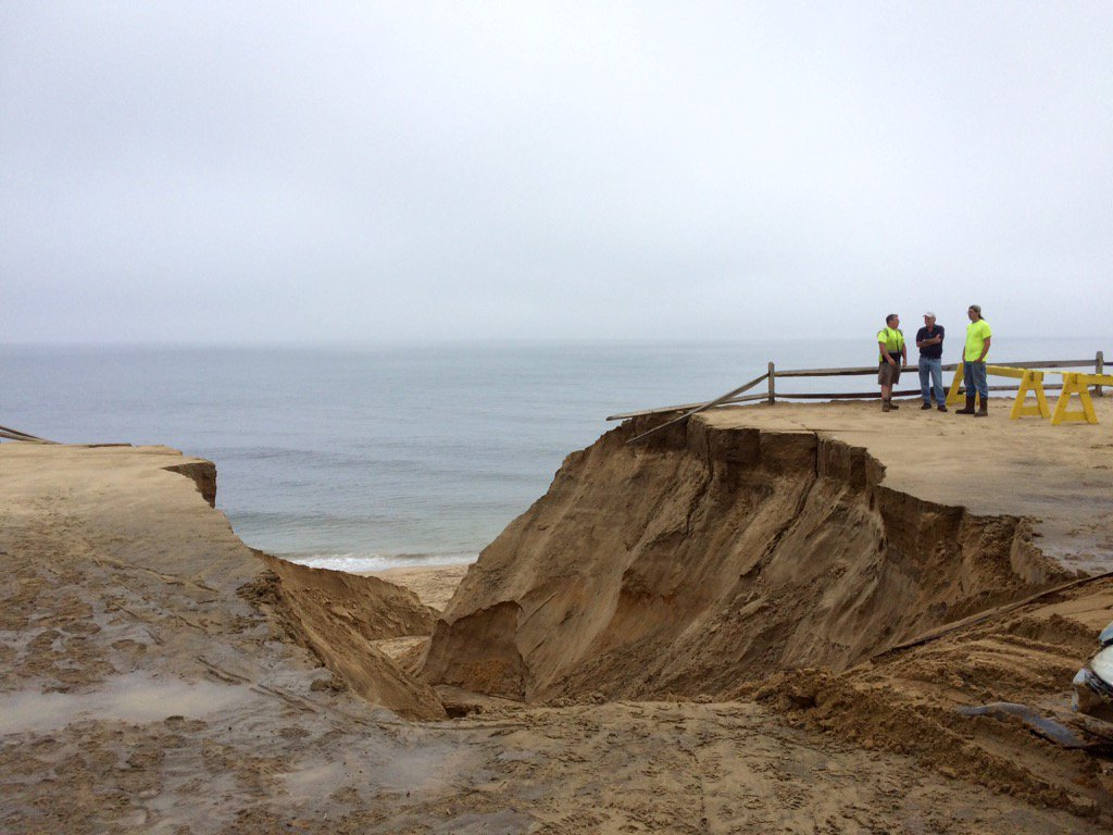 Capecast On Twitter Heavy Rain Caused Giant Dune Collapse At Cahoon Hollow Beach In Front Of Beachcomber Bar Capecodtimes Wellfleet