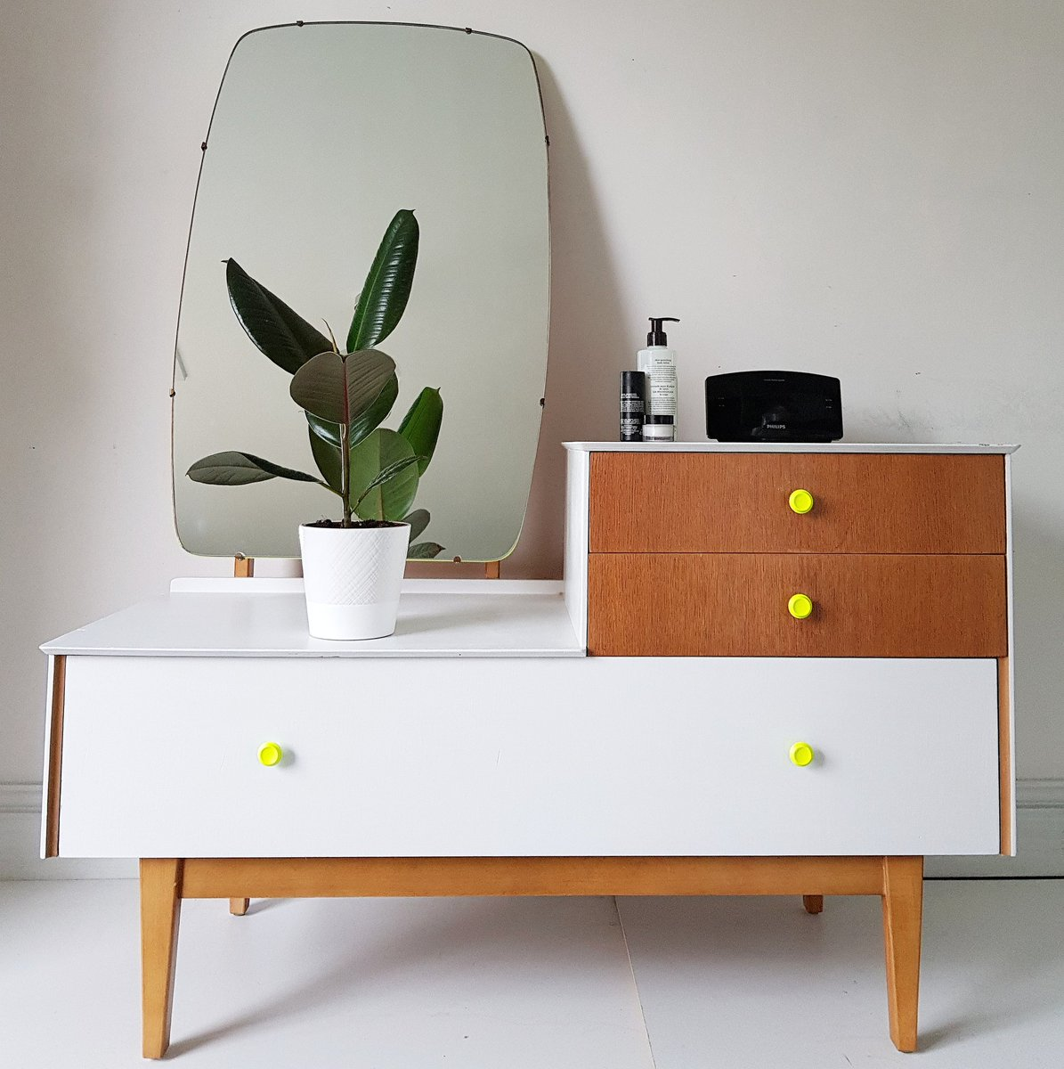 A bit of #midcentury chic with a flash of #neon! #POW #upcycled #leicestershire #maisieshouse<br>http://pic.twitter.com/QQoOqDtoeB