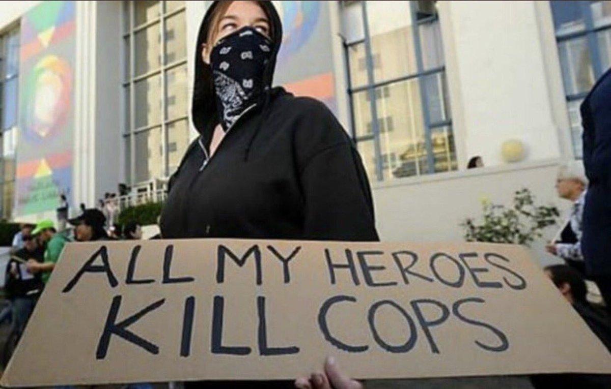 """""""Tous mes héros tuent des flics"""" """"Plus de flics morts"""" Non les antifas ne sont pas violents... #Charlottesville #Bostonpic.twitter.com/BCfiRjv66W"""