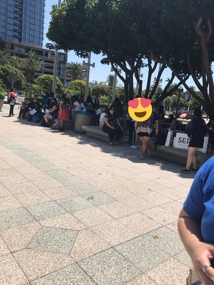 Fans waiting to take our group picture for  #D&amp;E #KCON17LA<br>http://pic.twitter.com/6A1Scx7zAG