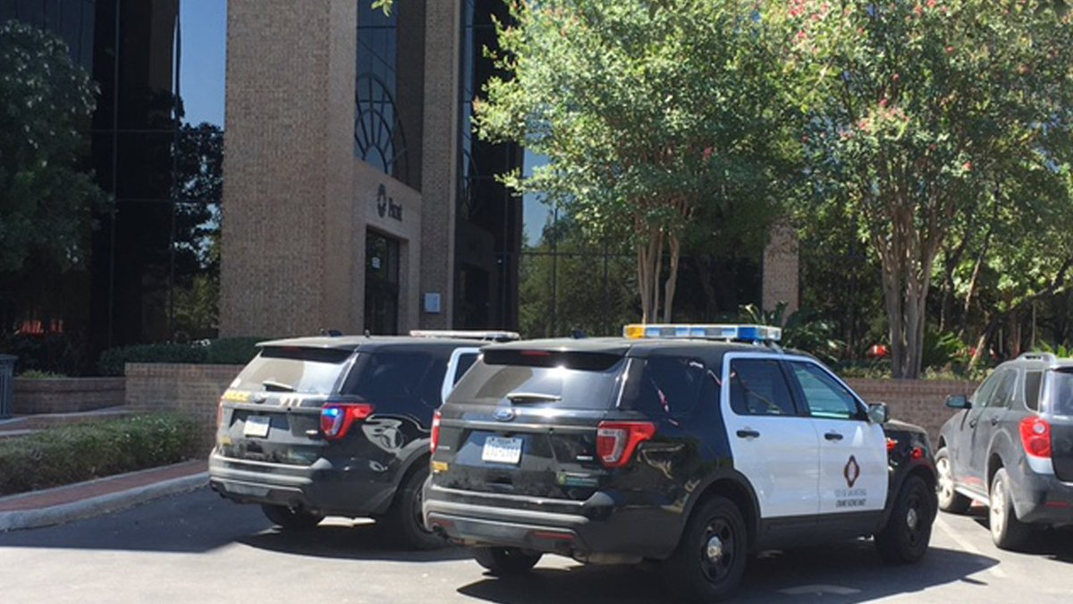 SAPD: Bank robber handed teller note demanding money, 'just walked away' with cash https://t.co/3Tr3yj4Yrx #KSATnews
