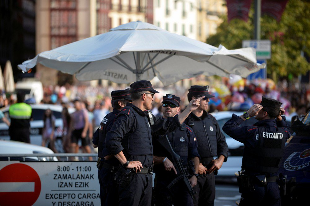 Espanha mobiliza operação policial após atentados em Barcelona https://t.co/HHY2sw2KiA #G1