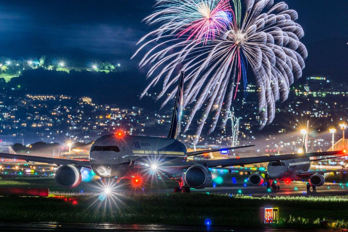 昨日の千里川は神が舞い降りてました。飛行機のお尻の写真は沢山ありますが、前を向いていて花火も入れた一発撮りの写真です。カメラはAPS-Cで5万円のα6000 ソニーしゅごい。 pic.twitter.com/grNG1yWtzV