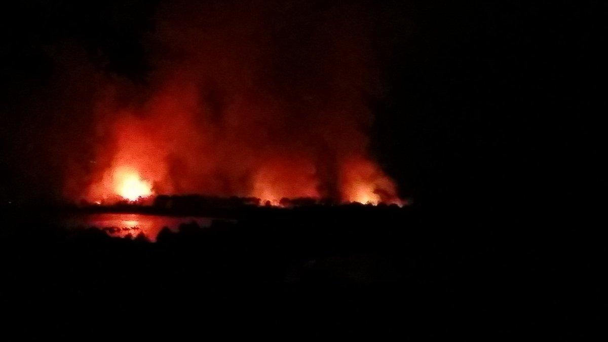 Réveil brutal. #Incendie au bord de la baie de San Ciprianu. Se regrouper entre voisins ... attendre en regardant les flammes ... #Corse pic.twitter.com/SsjsdWJgpB