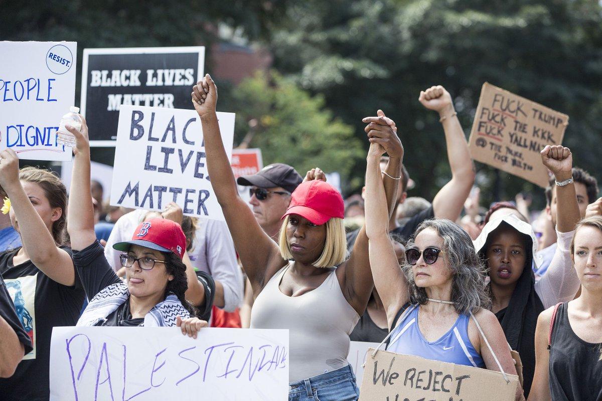 Des milliers de personnes manifestent contre le #racisme et la haine à #Boston une semaine après #Charlottesville pic.twitter.com/9CT1jIzP8Q