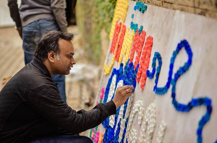 Minister @PriyankKharge supporting sustainability with recycled bottle caps. #NammaBengaluruHabba #Gogreen <br>http://pic.twitter.com/S8K7k11iMA