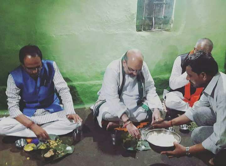 #BJP president #AmitShah eats at residence of a tribal in Bhopal.  #AIRPics: Shariq Noor<br>http://pic.twitter.com/qVt3SLMBfL