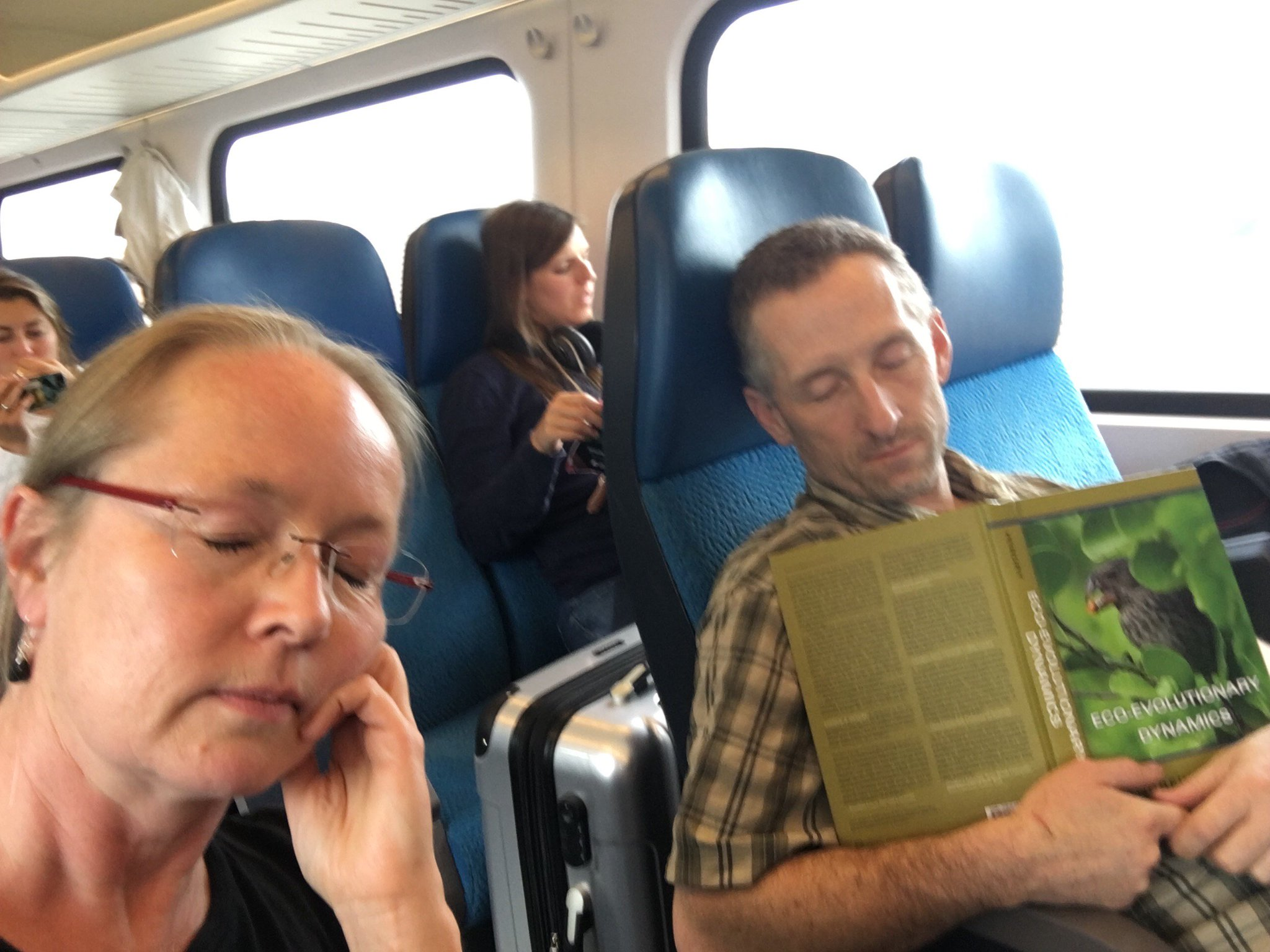Sharing a  #PeopleWhoFellAsleepReadingMyBook Moment with @EcoEvoEvoEco en route to @Eseb_2017 https://t.co/42ezfmqZpL