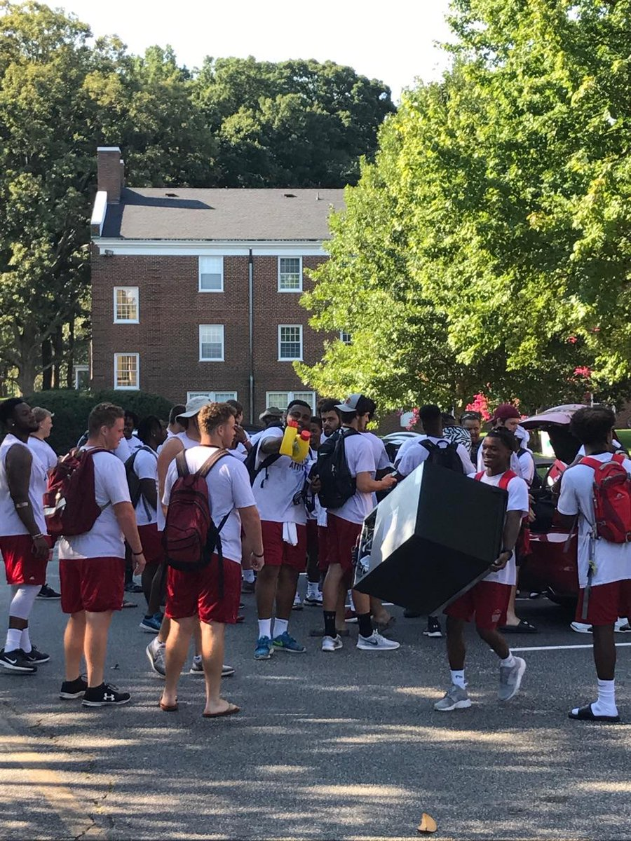Guilford&#39;s #football team was on the scene Sunday as members of the Class of 2021 moved in to campus. #WeAreGuilford #d3fb #GuilfordServes<br>http://pic.twitter.com/vaclNPp0n6 &ndash; bij Guilford College