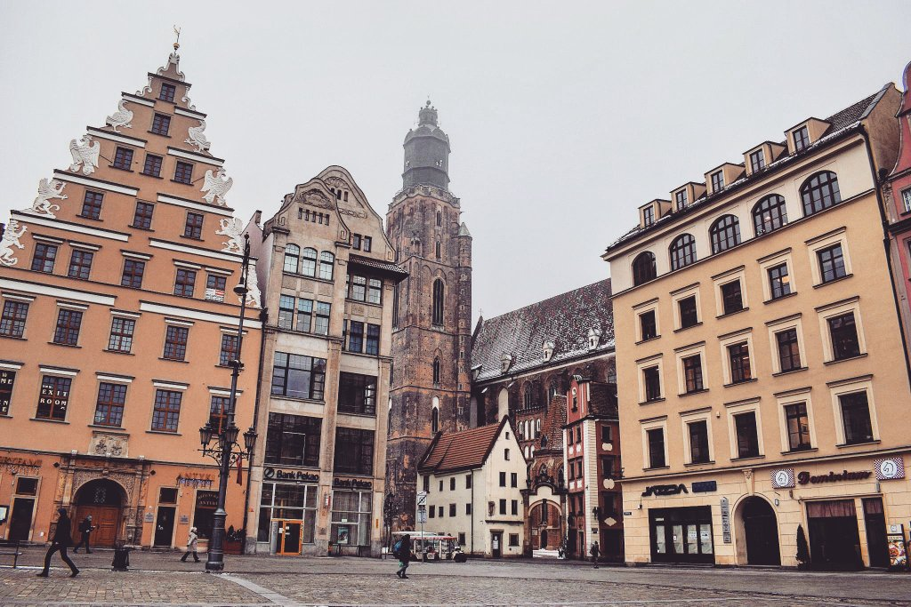 Beautiful architecture of the Market Square in #Wroclaw, #Poland / #travel #travelblog #travelblogger #traveling #exploring RT<br>http://pic.twitter.com/HrqFs3TAVy