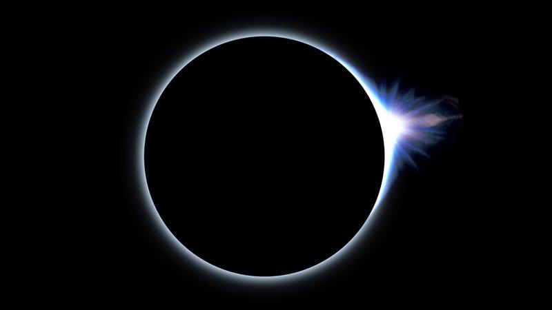 今夜、日本の皆さんは夜更かし必須!北アメリカの広い範囲で、現地時間21日の日中(日本時間22日未明頃)、皆既日食を見ることができます。今回のアメリカ横断タイプの皆既日食は、なんと1918年以来のこととなります。weathernews.jp/s/topics/20170… pic.twitter.com/worxjZdHiZ