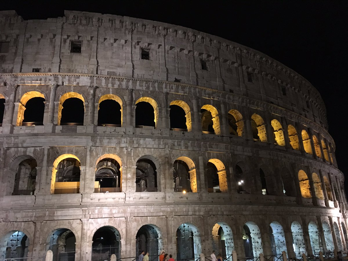 Colosseo by night #roma <br>http://pic.twitter.com/AX79jG7J0s