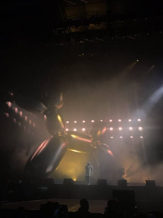 JAY-Z ends V Festival set with tribute to #Chester Bennington  The rapper performed trac  http://www. empowr.com/illimattic?p=B 7P43  … pic.twitter.com/klhPQFp746