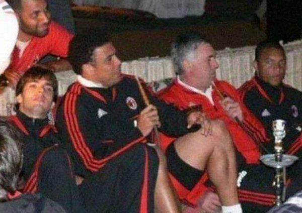 Quand Carlo Ancelotti fumait une chicha avec ses joueurs du Milan AC.....
