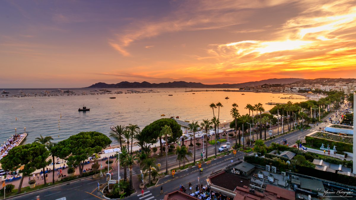 Painting the sky from the @martinezhotel! Sunset beautifully captured from one of it sea view rooms by @Slpcannes #Cannes #CotedAzurFrance<br>http://pic.twitter.com/CHRcr1NaiE
