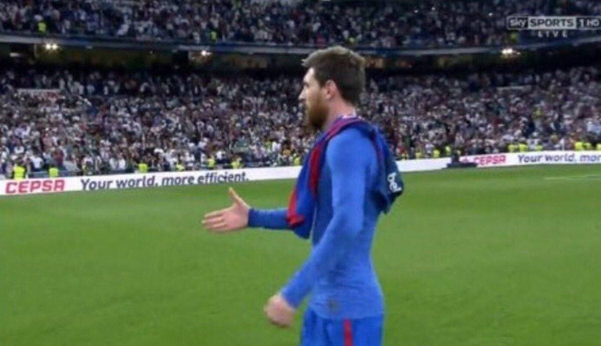 Messi shaking hands with Dembele &amp; Coutinho &amp; Seri after Betis match #BVB #LFC #Nice<br>http://pic.twitter.com/ovwRPU9K7O