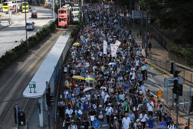 香港で大規模デモ、2014年「雨傘運動」主導者の実刑判決に抗議  「雨傘運動」以来最大のデモが行われ警察によると、2万2000人が参加した。 https://t.co/SVTuSKo5ff #香港 #デモ #民主化 #中国