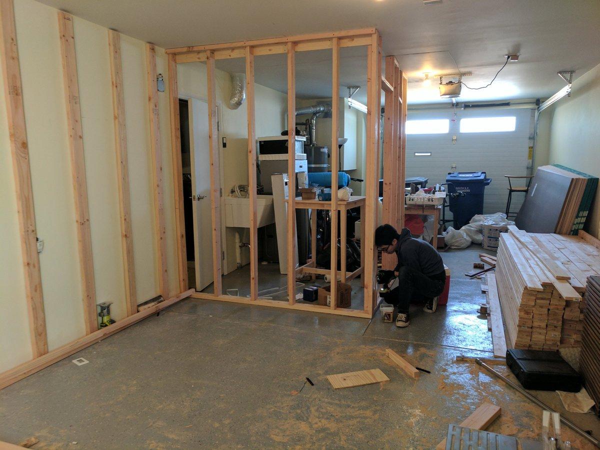 「一緒に住むとタニシのように住環境を整えていくよ」と言っていた夫は、引っ越して2ヶ月目には車庫に床暖付きの部屋に施工し、3ヶ月目には水道管を引いてバーカウンターを作り、サラウンド音響とシアターを用意し、5ヶ月目にはレーザーライトとエコーのしっかりかかるカラオケ環境を作ってしまった pic.twitter.com/4syvqEeZ8z
