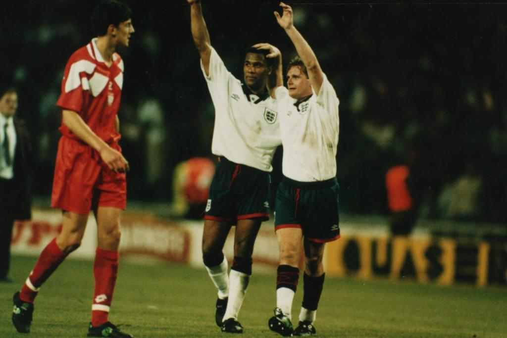 Paul Gascoigne reveals he used to touch Les Ferdinand's willy before m...