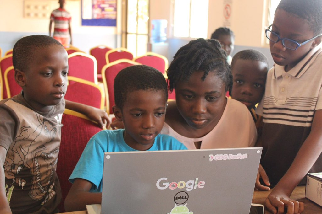 Hilda joined Developers In Vogue less than a month ago. Now she&#39;s teaching young boys how to code. #LetASisterKnow #WomenInTech <br>http://pic.twitter.com/WMxRKOi0O7