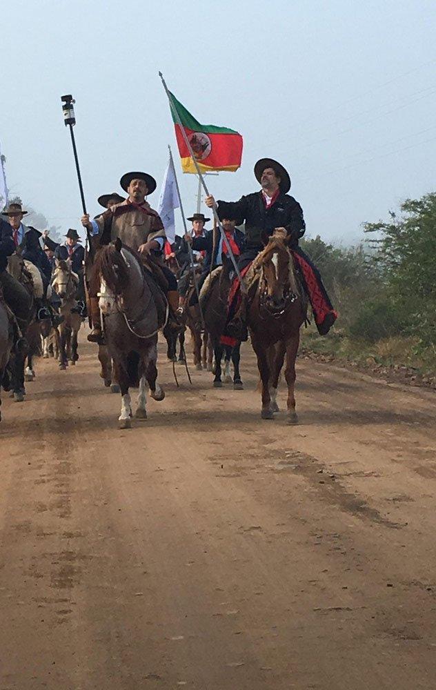 Cavaleiros percorrem o RS para conduzir chama crioula, símbolo dos festejos farroupilhas https://t.co/bUIQUzs7tr