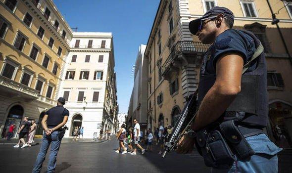 #BREAKING: #Barcelona #terrorattack street Las Ramblas evacuated after suspicious package found