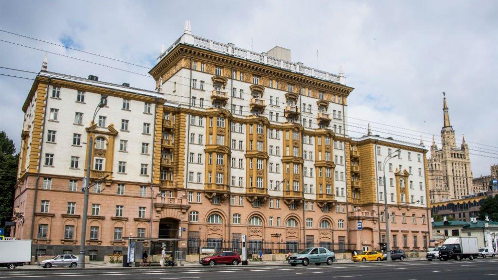 US embassy suspends Russian tourist visas over diplomat expulsions htt...