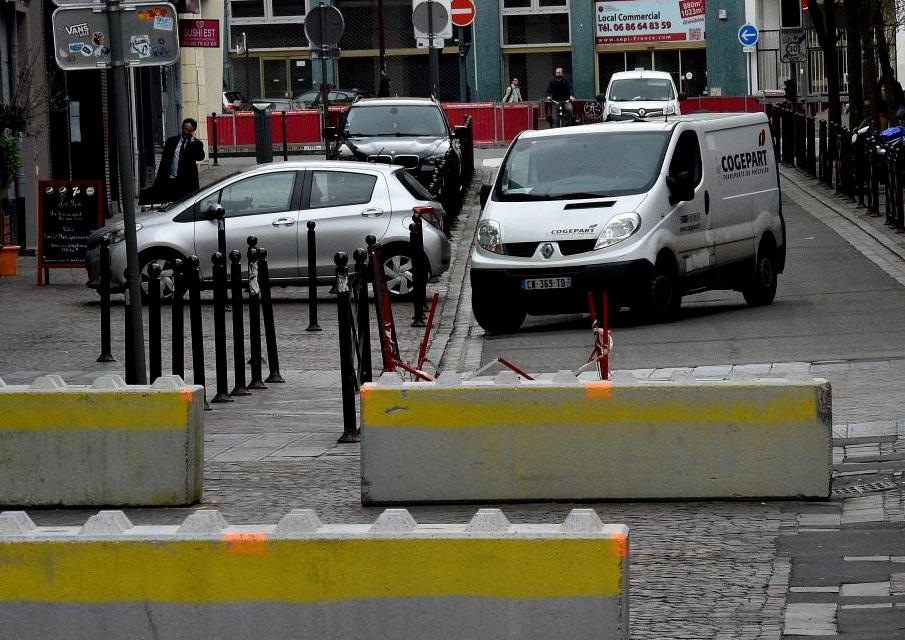 #Terrorism #Lille Mayor @MartineAubry agreed concrete blocks for huge @braderielille flea market Sept 2-3, cancelled 2016 after #niceattack<br>http://pic.twitter.com/ZwSMxafznJ