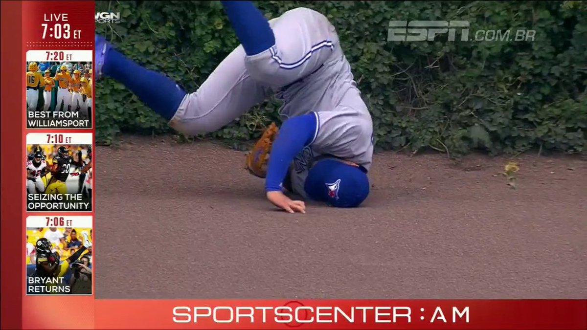 Jogador dos BlueJays faz defesa incrível no beisebol e se esborracha e...