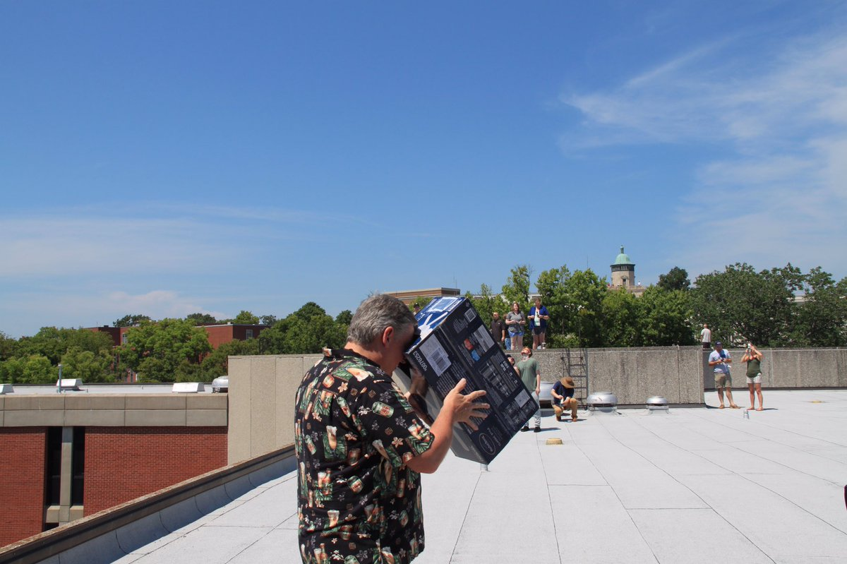 Old school eclipse viewing on the roof of EST! #WKU