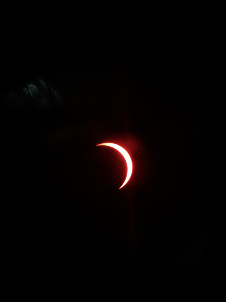 This is really cool! And the temperature feels like it is dropping!!! #Eclipse2017 10 minutes out!! https://t.co/i3qhW3hWFH