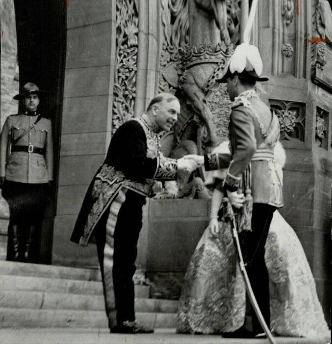 Prime Minister Mackenzie King greets King George VI &amp; Queen Elizabeth at Canada&#39;s Parliament in 1939; #cdnpoli #cdncrown #cdnhist #Canada150  <br>http://pic.twitter.com/9MowqoxeAj