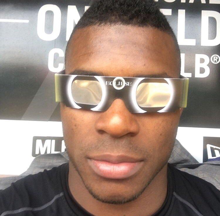 Yasiel Puig preparado con sus gafas protectoras.