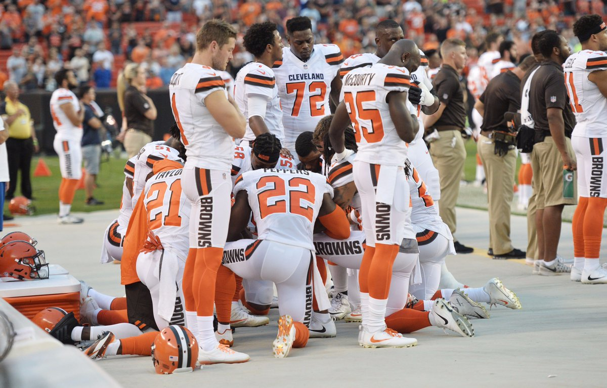 Clear shot of the Browns' protest (via USA Today images) https://t.co/yGh9AHpKOP